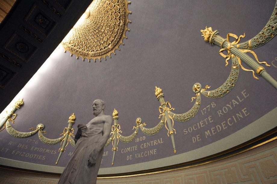 Représentation d'Hippocrate dans les locaux de l'Académie Nationale de Médecine à Paris