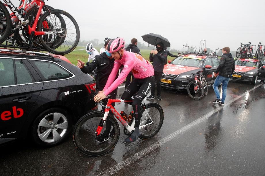 Wilco Kelderman de la Sunweb, avec le maillot rose du leader du Giro, sur la route entre Mornegno and Asti le 23 octobre 2020 en Italie.