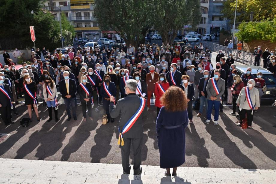 Dimanche après-midi, près de 200 personnes se sont rassemblées devant la mairie pour une minute de silence en mémoire du professeur assassiné.