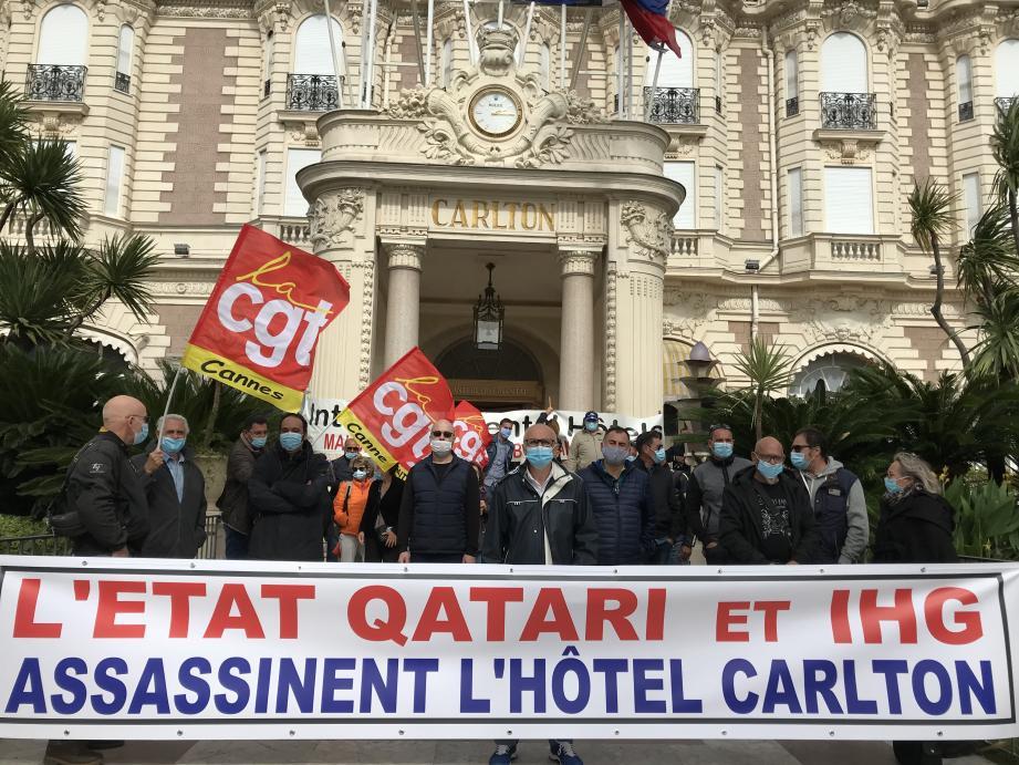 Une quarantaine d'employés inquiets rassemblés ce mardi entre 14h et 16 h devant l'hôtel Carlton