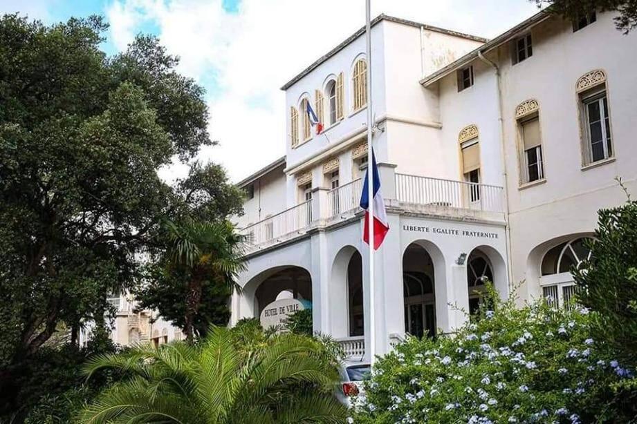Les drapeaux de Mandelieu tous en berne ce dimanche.