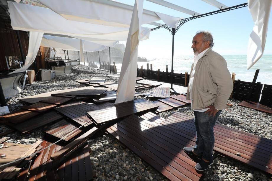 """""""Pour moi c'est l'équivalent du coup de mer de 2010. Mais à cette époque cela avait été très court tandis que là on a encore des vagues de 2,50m à 3m, ce qui est incroyable!"""" a commenté le patron de Castel Plage."""