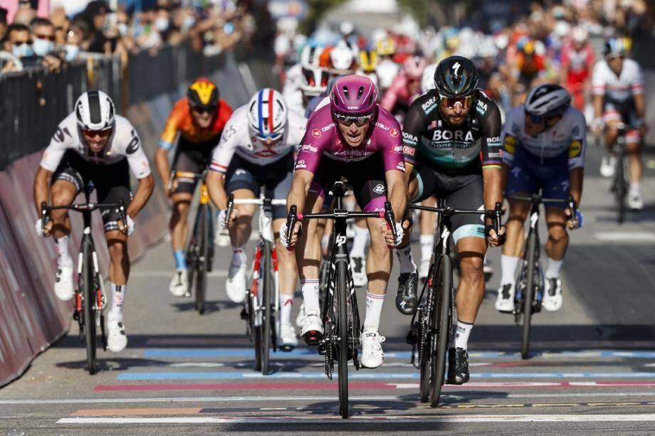 Arnaud Demare (Groupama - FDJ) remporte la 7e étape du Giro à Brindisi, en Italie, le 9 octobre 2020.