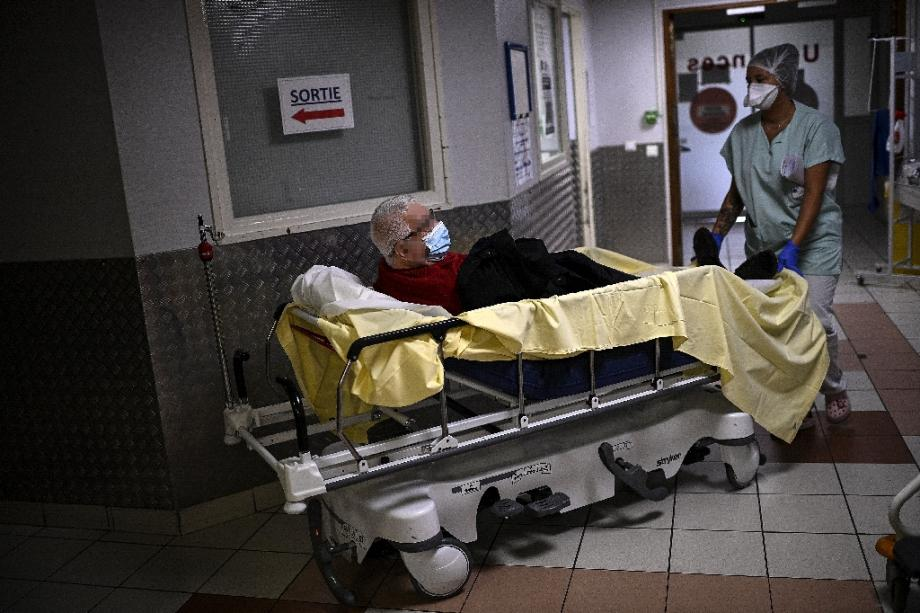 Un patient au service des urgences de l'hôpital André Grégoire de Montreuil, en région parisienne, le 15 octobre 2020