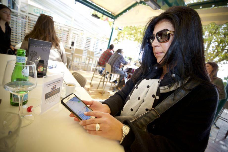 Sur les tables de l'Excelsior, un document invite les clients à décliner leur identité et leur portable.