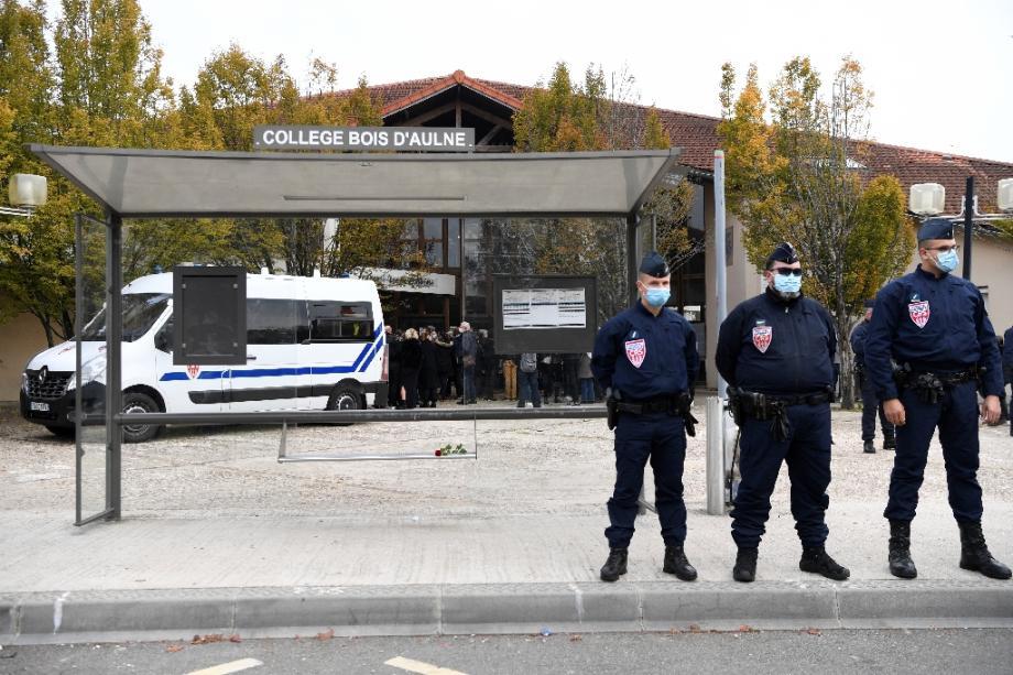 Des CRS devant le collège Bois d'Aulne où enseignait le professeur décapité en pleine rue, le 17 octobre 2020  à Conflans-Sainte-Honorine (Yvelines)