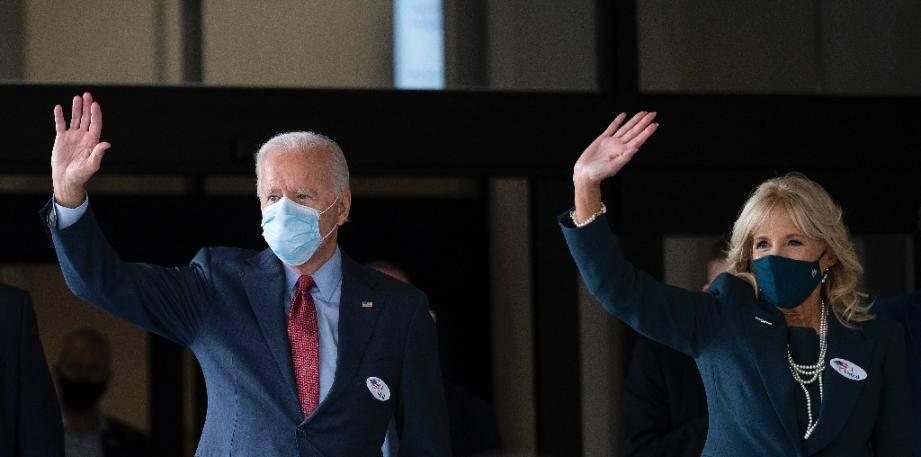 Joe et Jill Biden sortent d'un bureau de vote après avoir voté de façon anticipée le 28 octobre 2020 à Wilmington, dans le Delaware