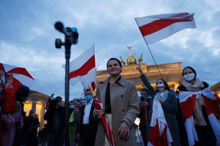 La cheffe de file de l'opposition bélarusse Svetlana Tikhanovskaïa (c), le 5 octobre 2020 à Berlin