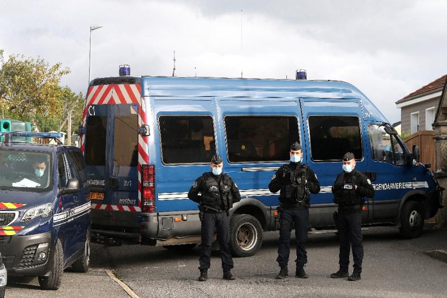 Gendarmes stationnés à Villes-sur-Lume (nord-est) le 26 octobre 2020 où Michel Fourniret aurait sequestré et tué Estelle Mouzin