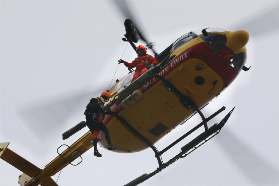 L'hélicoptère de la Sécurité civile Dragon 131.   EXERCICE D HELITREUILLAGE AVEC LE DRAGON 13 AU PLAN DU PONT HYERES PAPIER PP HYEXXQ400_LM_HELITREUILLAGE DRAGON