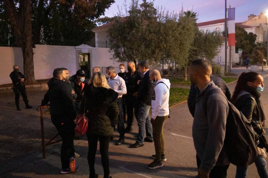 Dix restaurateurs ont manifesté devant la sous-préfecture de Draguignan, ce jeudi.