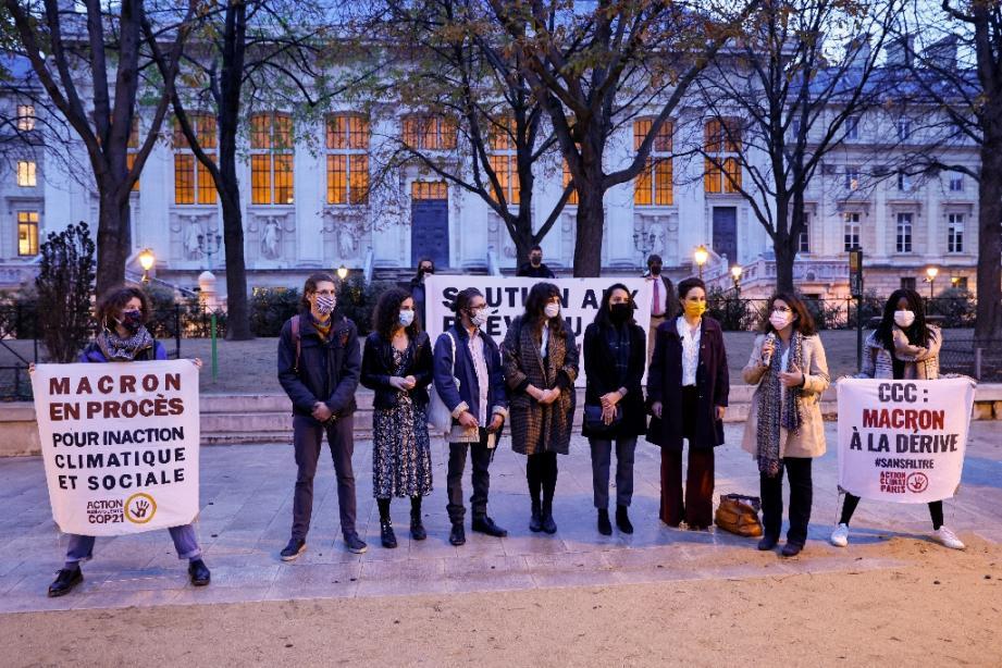 """Sept """"décrocheurs"""" de portraits d'Emmanuel Macron avant leur procès en appel posant près du Palais de Justice  le 22 octobre 2020"""