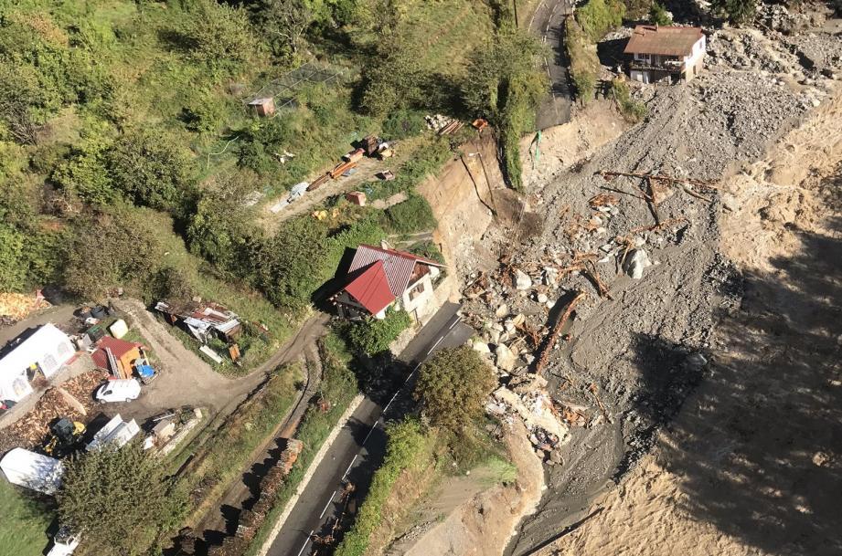 Des maisons éventrées, d'autres emportées par des flots déchaînés, des routes effondrées. La vallée de la Vesubie est coupée du monde.