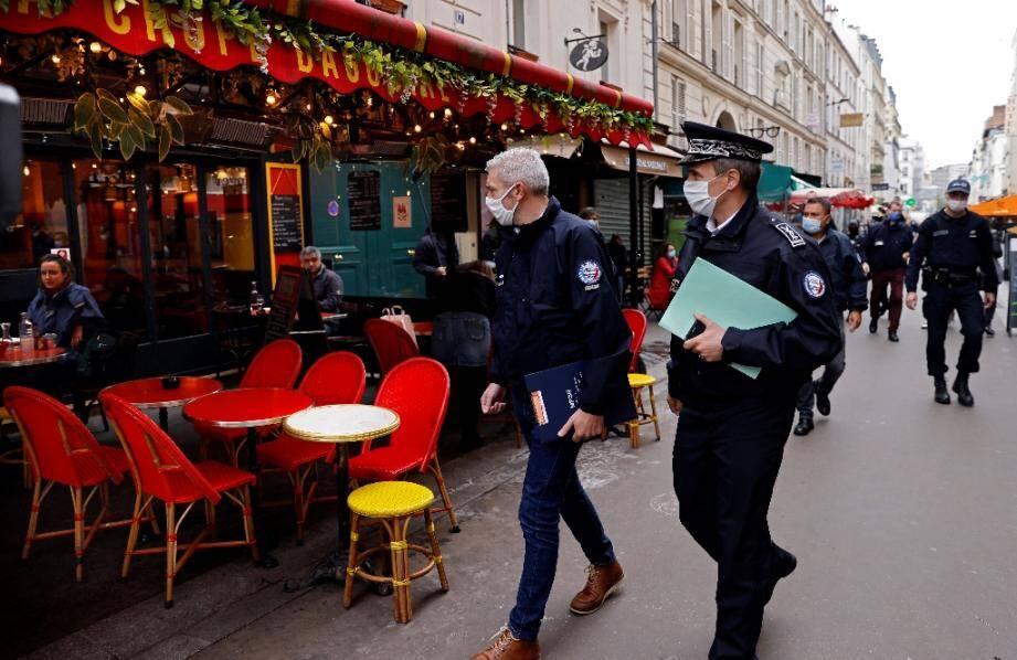 Des policiers patrouillent le 6 octobre 2020 à Paris