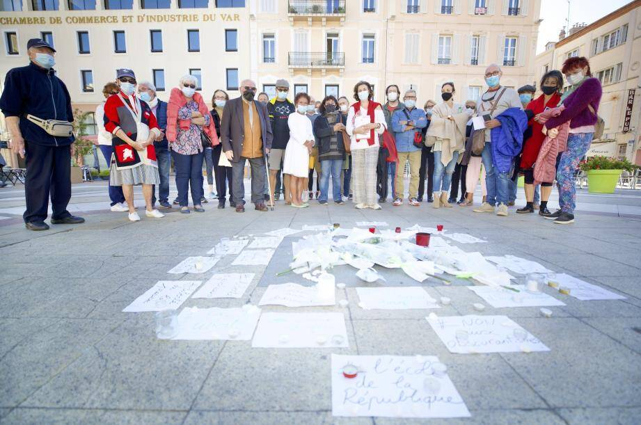 Au centre de la place Coullet de Saint-Raphaël, les mots et les bougies sont posés à même le sol en hommage à Samuel Paty, professeur d'histoire-géographie assassiné vendredi soir.