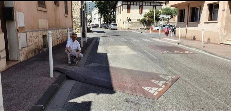 En juillet dernier, Thierry Modolo était venu constater la dangerosité d'un coussin berlinois sur l'avenue du 1er Bataillon de choc à Toulon. Un arrachement qui s'ajoute à bien d'autres recensés.