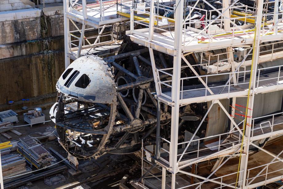 L'avant du SNA Perle, en cale sèche dans la base navale de Toulon, au lendemain de l'incendie qui l'a ravagé en juin dernier.