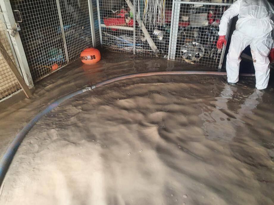 Le gymnase Layet est envahi par la boue.