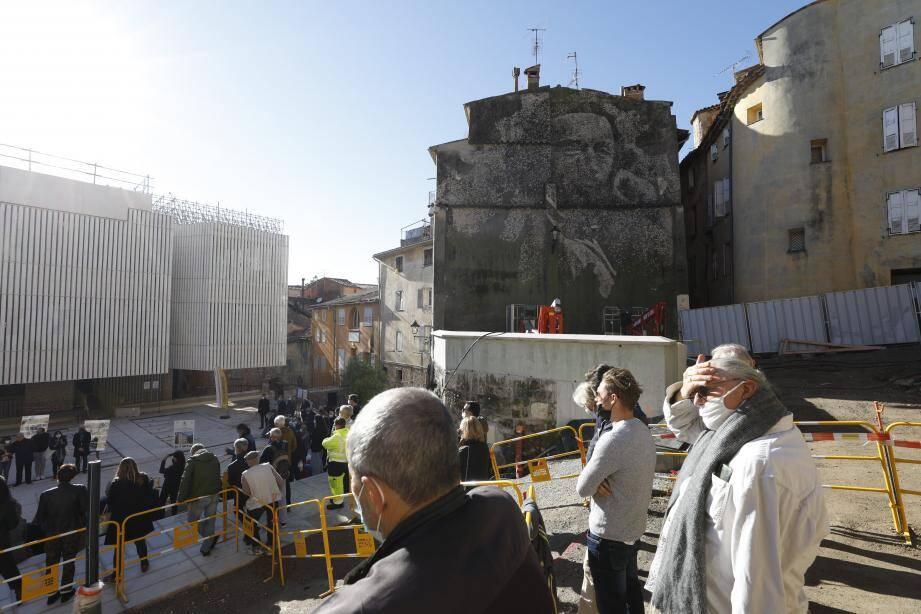 L'œuvre a été gravée sur le pignon aveugle d'une maison située place Morel par l'artiste et son équipe.