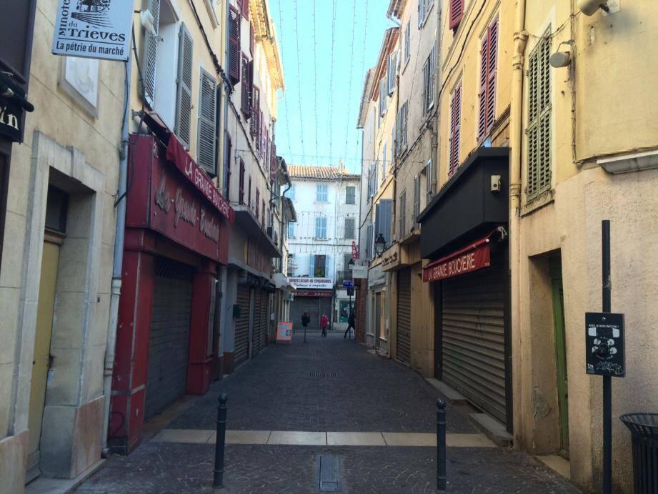 """Le centre ancien, mardi après-midi: des dizaines de locaux fermés et des rues désertes. Le projet « Village Provence » vise à réinvestir les boutiques vides pour y installer des activités """"collaboratives""""."""