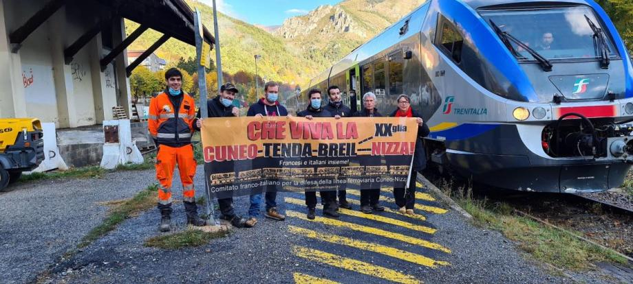 Quelques membres tendasques du Comité franco-italien pour la défense de la ligne Cuneo-Nice étaient présent en gare de Tende, hier matin, pour recevoir le premier train Trenitalia de retour dans le haute Roya.