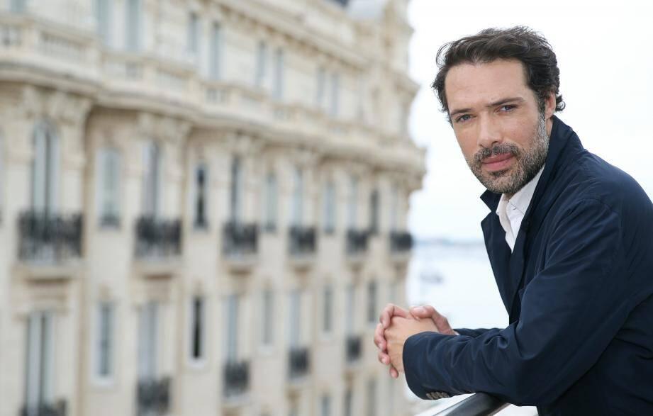Nicolas Bedos pose sur la terrasse du 3.14 durant le 72e festival du film de Cannes.