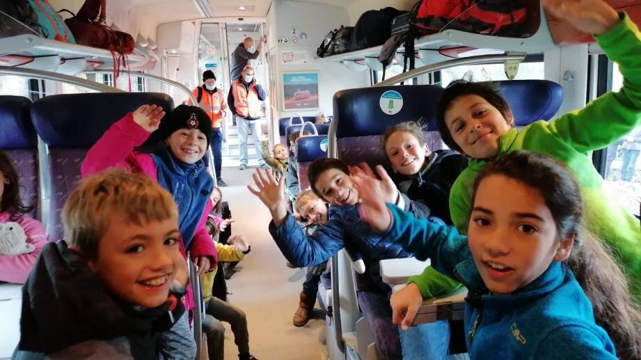 Des enfants enchantés de se retrouver pour partir en colo.