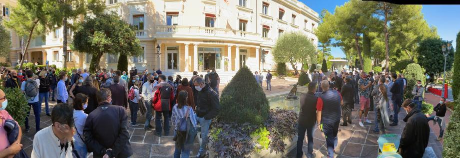 Quelque deux cents personnes, hier, à 14heures, devant le ministère d'État.