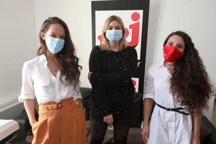 """Leila (à droite) accompagnée  de son amie Nelly, a gagné un concours NRJ afin de pouvoir rencontrer chez elle, la chanteuse Anne Peichert, dite Louane - Louane lui a présenté son dernier album """" Joie de vivre """"."""