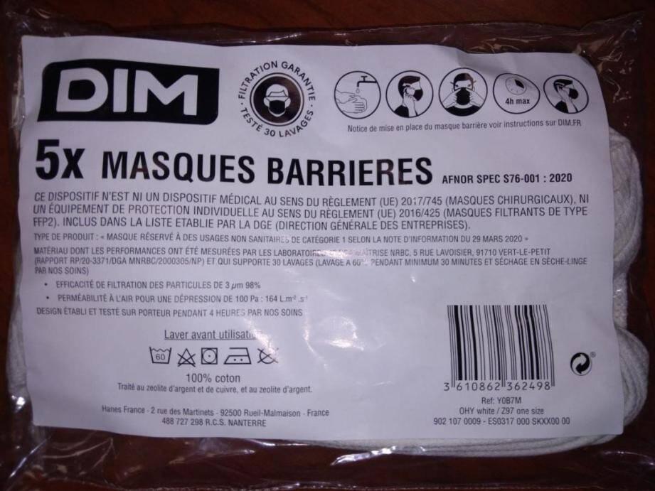 Un paquet de masques fabriqués par l'entreprise DIM et distribués par l'Education nationale.