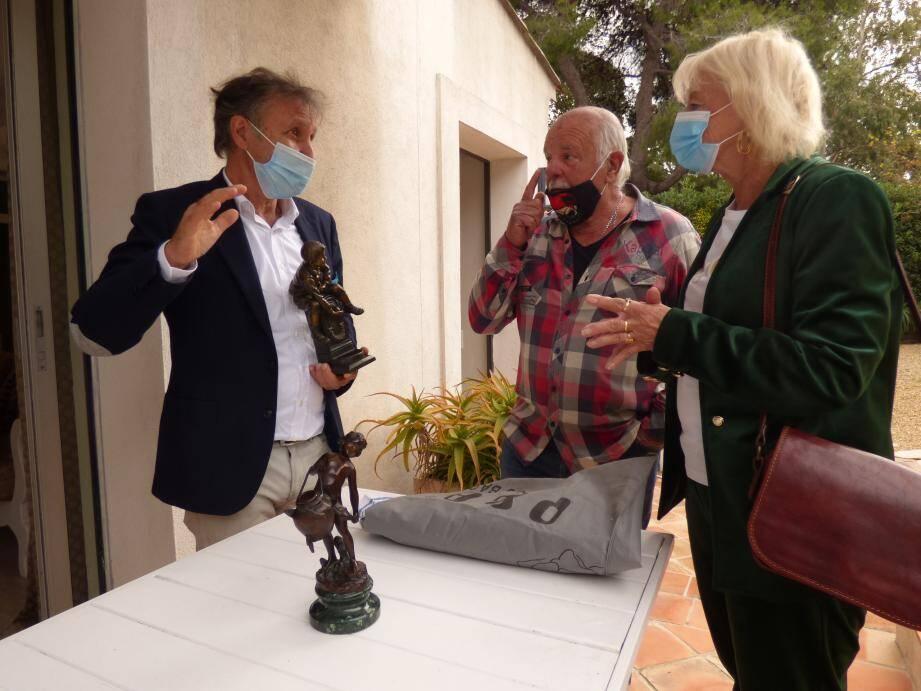 Paul Azzopardi en pleine expertise avec Robert et Micheline venus de Sainte-Maxime et ci-dessous en compagnie de Yonathan Chamla, l'un des deux commissaires-priseurs.