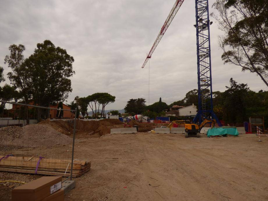 Un chantier imposant est en cours, dans un ballet de camions-toupies. Ci-contre: une vue générale du projet.