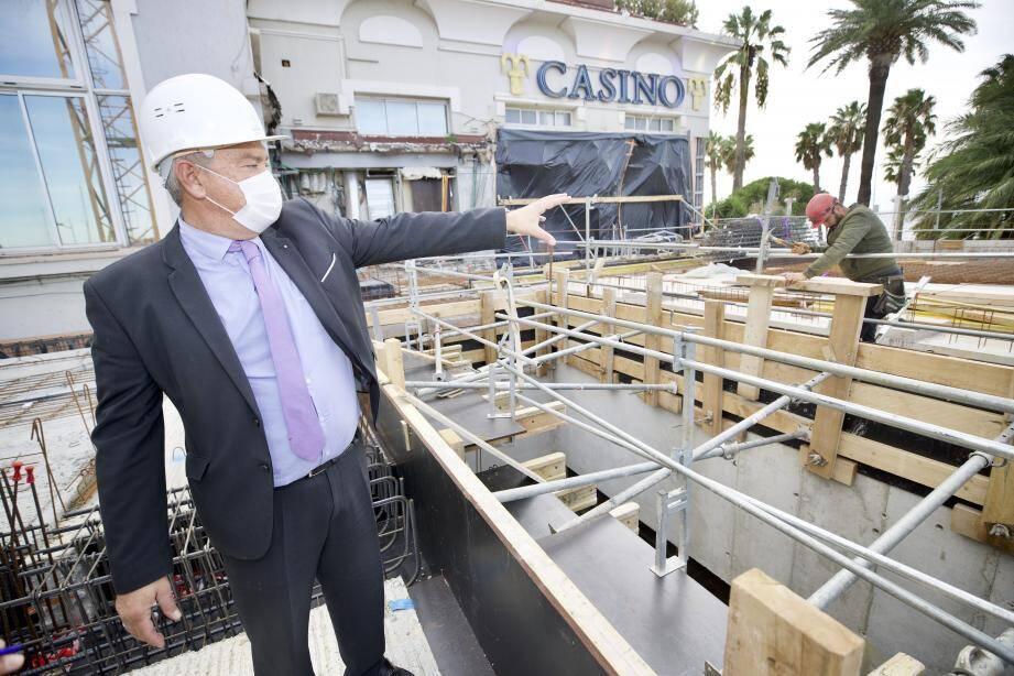 Depuis le chantier, Hilario Aznar, montre ce qui deviendra au printemps une terrasse avec vue mer.