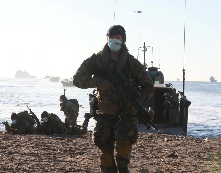 Les opérations de débarquement amphibie sont toujours aussi impressionnantes. Ici un Marine néerlandais avec ses camarades prend position sur la plage.