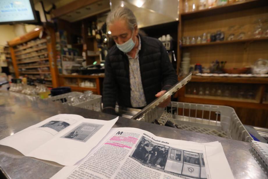 Au bar O'Celtic, à Saint-Raphaël, M. Moulès a mis sur le comptoir, des photos de personnes serrées dans une rame de métro et autres images contestant l'opportunité d'un couvre-feu pour enrayer la propagation du virus.
