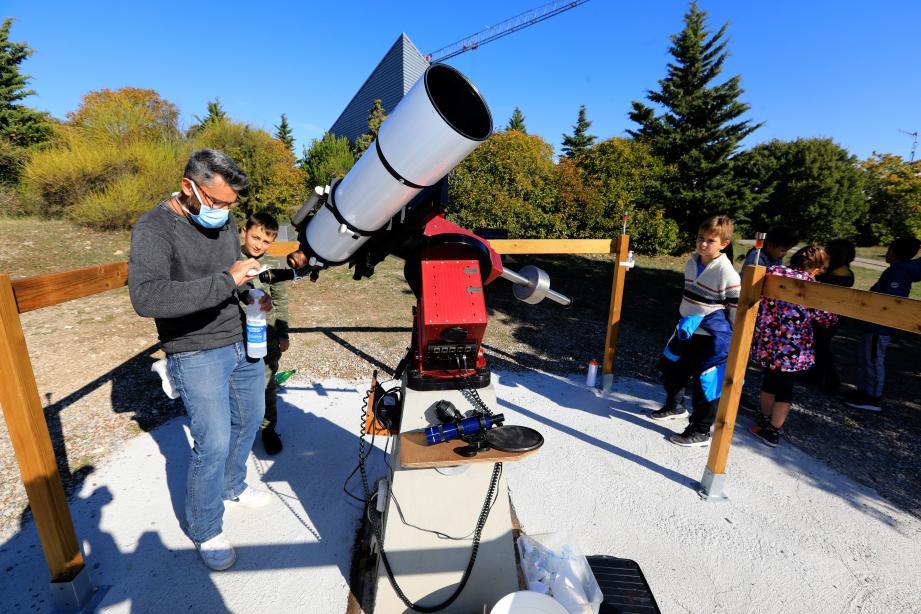 Au centre d'astronomie, la lunette spéciale pour l'observation du soleil, est désinfectée entre chaque enfant par leur enseignant, Guillaume Nizou. Des barrières permettent de les faire entrer d'un côté, sortir de l'autre, et de rester à distance.