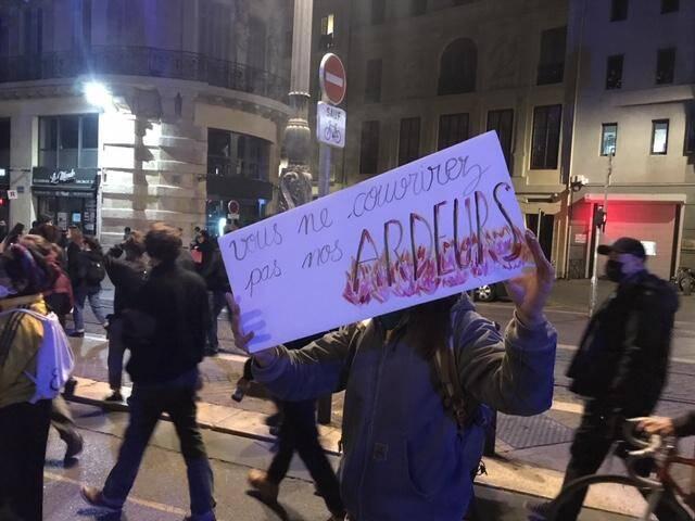 À l'aide de slogans hostiles au couvre-feu, ils crient leur colère dans les rues de la cité phocéenne, ce samedi soir.