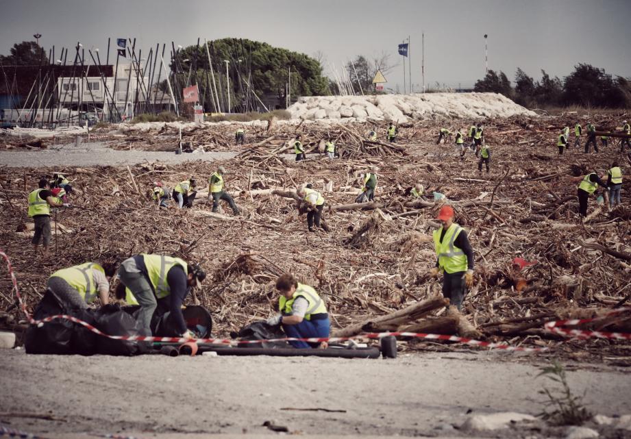 Comme ici à Saint-Laurent, les volontaires sont attendus samedi pour nettoyer les plages de Cagnes jonchées de débris.