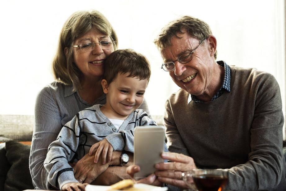 Illustration de grands-parents avec leur petit-fils.
