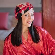 """Julie Meunier a créé les Franjynes en 2017 et depuis, ne cesse de remporter des prix pour son turban à """"franges"""" destiné aux femmes atteintes d'alopécie."""