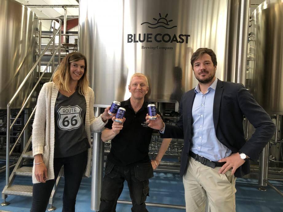 Après la Kawa Stout, une bière brune au café, fruit d'une collaboration avec Malongo, Blue Coast Brewery innove avec 4 bières en canette. conçues par Robert Bush, entouré de Célina Eudes, responsable marketing-communication, et Predrag Krupez, qui vient d'être nommé à la direction générale de la brasserie.