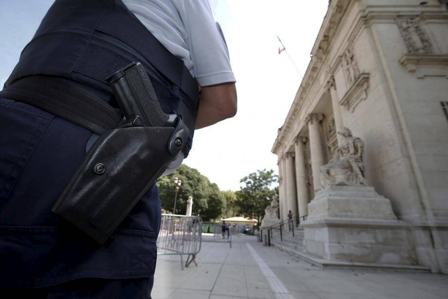 Un membre des forces de l'ordre devant le tribunal de Toulon. Illustration.