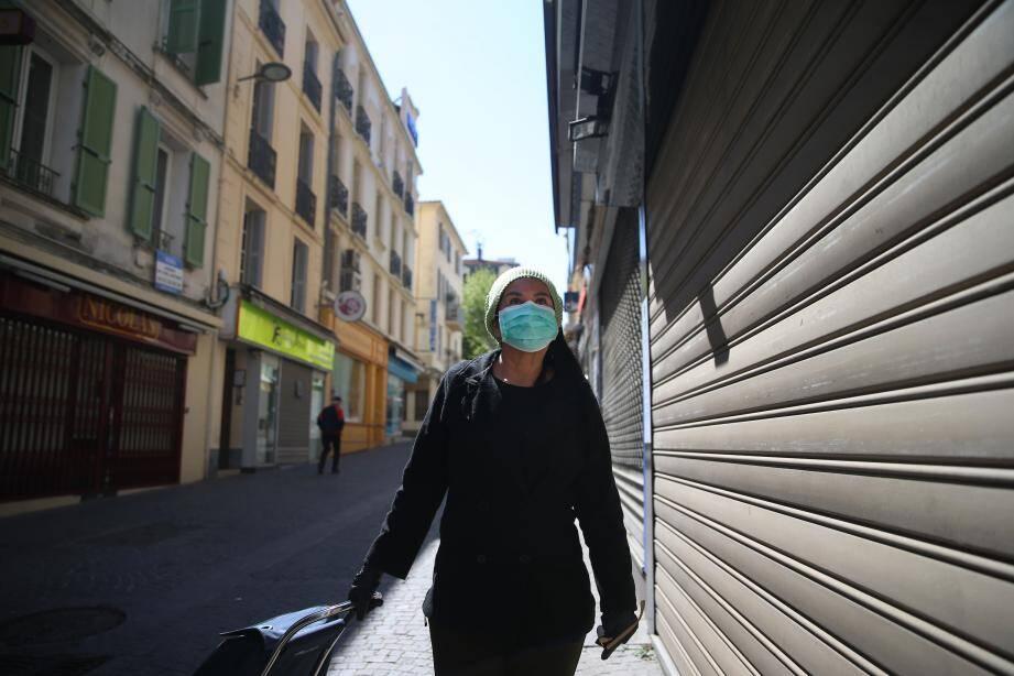 Illustrations sur les incertitudes à propos de l'après confinement dû au Coronavirus en France, ici des passants portant de masques passant devant des commerces fermés dans les rues d'Antibes (MaxPPP TagID: maxmatinarch535152.jpg) [Photo via MaxPPP]