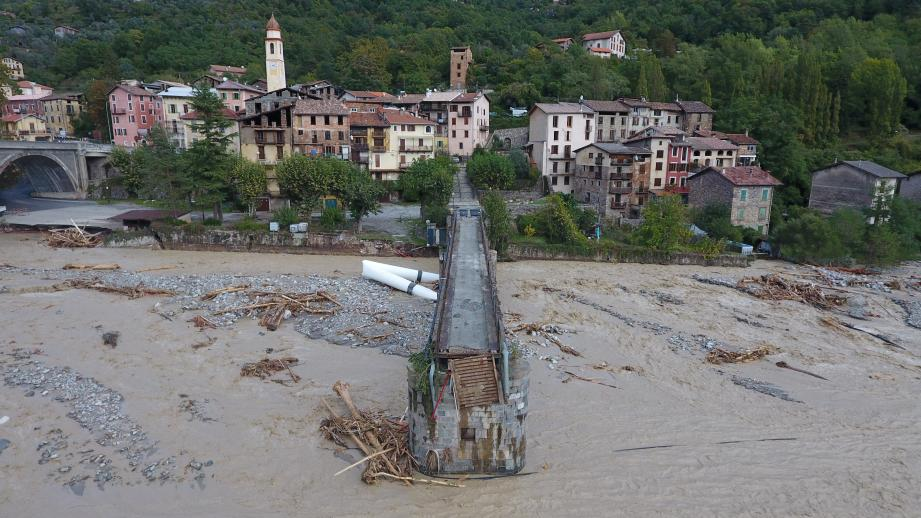 Le pont piéton menant au vieux village de Roquebillière a été emporté par les eaux.