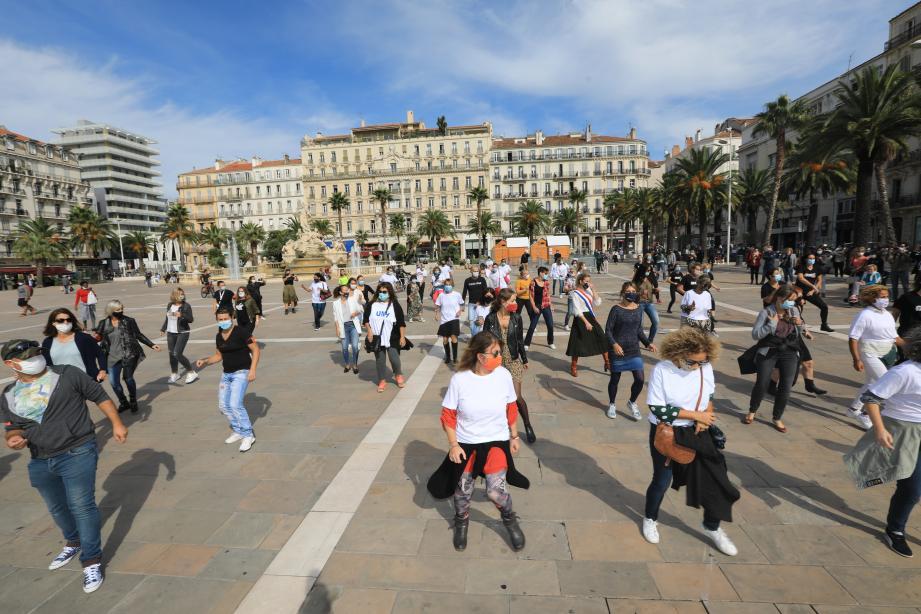 Une soixantaine de personnes se sont réunies ce vendredi midi, place de la Liberté à Toulon, pour relever un challenge-danse lancé par des policiers.