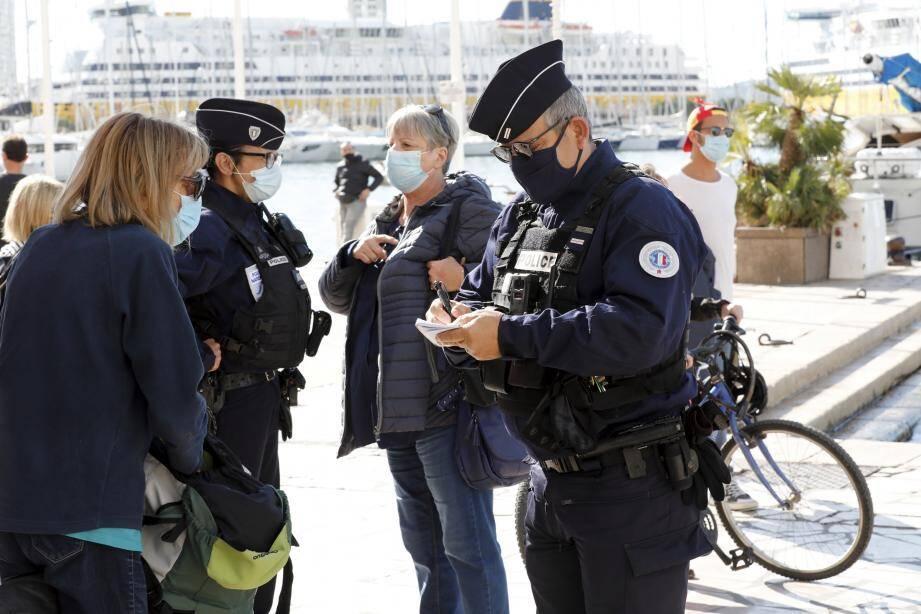 Toulon Contôle de masques sur le port (MaxPPP TagID: maxmatinarch593946.jpg) [Photo via MaxPPP]