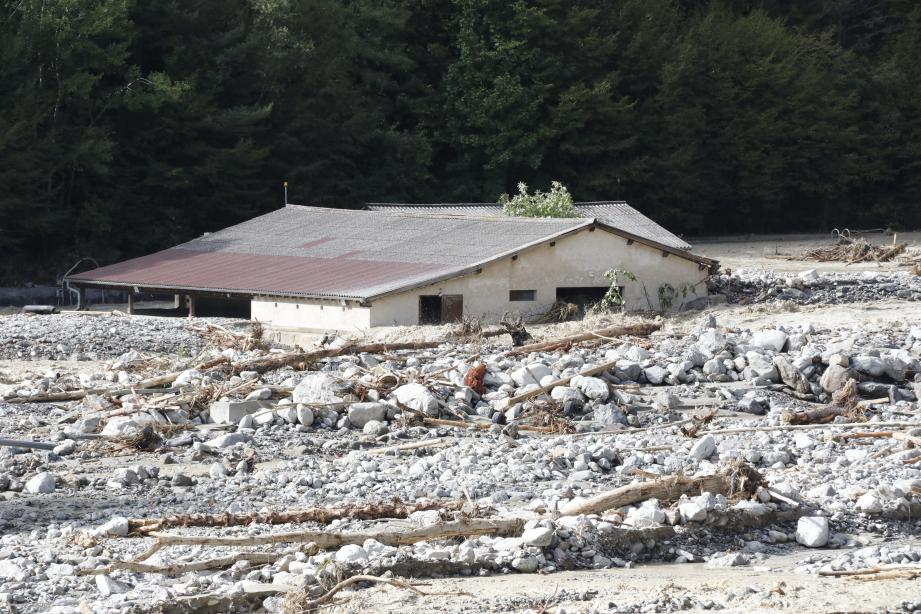 La rivière a provoqué des dégâts monumentaux tout au long de la vallée de la Vésubie, comme ici à Roquebillière.
