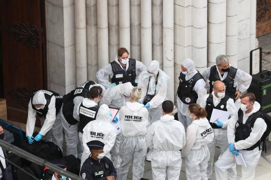 Le long et minutieux travail de la police scientifique se poursuit dans la basilique.