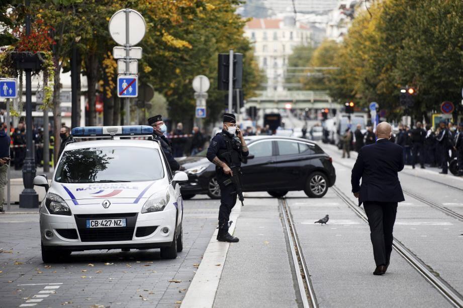 La police sur l'avenue Jean Médecin dans le périmètre de sécurité.