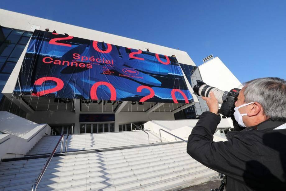 Pas de red carpet cette année, mais l'affiche du Festival a tout de même été déployée sur la façade du Palais.